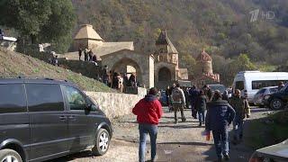 Репортажи из Армении и Азербайджана о том, как одни уходят из домов, а другие - готовятся вернуться.