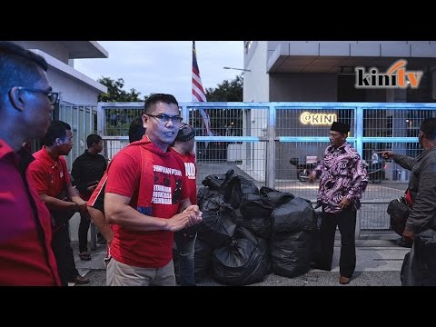 Jamal and red shirts dump rubbish from protest at M'kini's gate