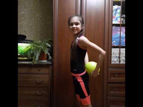 Художественная гимнастика - перекаты с мячом