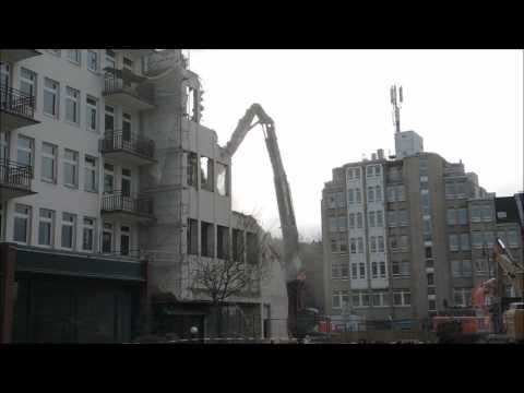 Bagger und viel Staub beim Abriss Köln Friesenplatz