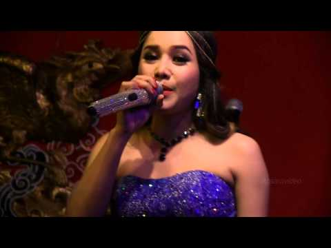"Oeun Sreymom is singing Cambodian song ""Oan srawlanh teh bong muy"""