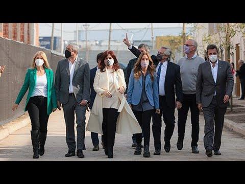 El presidente entregó viviendas junto a CFK