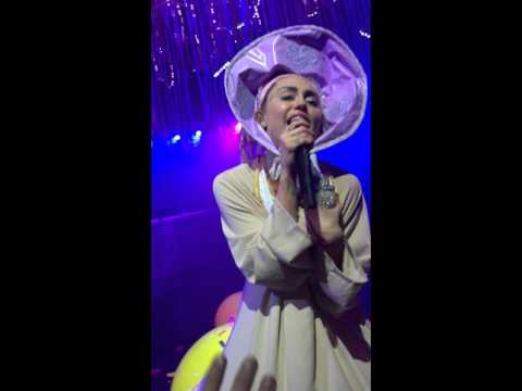 MILEY CYRUS & HER DEAD PETZ TOUR - LIVE IN CHICAGO 11.19.15