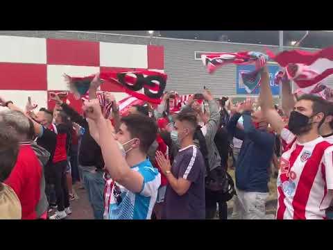 Caluroso recibimiento de los aficionados a los jugadores del CD Lugo