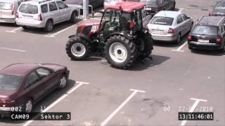 Laska parkuje pod tesko traktorem
