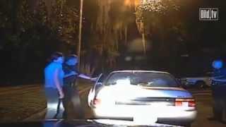 Polizei zwingt Frau zum Busen-Schütteln
