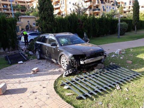 Un menor derruba cun coche o muro dun colexio en Marbella