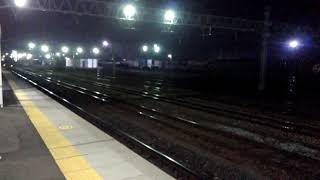 灯火のある暗闇の向こうから現れるE257系あずさ号 thumbnail