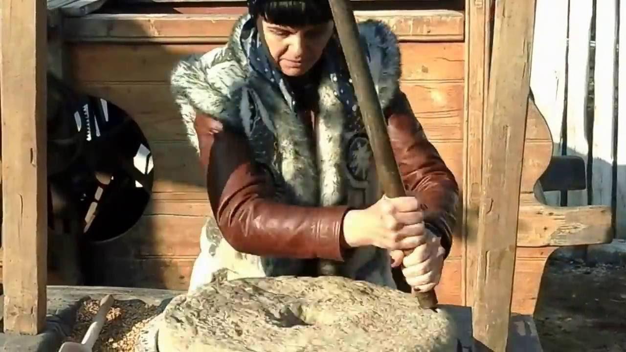Помол ручные Жернова мельница - YouTube