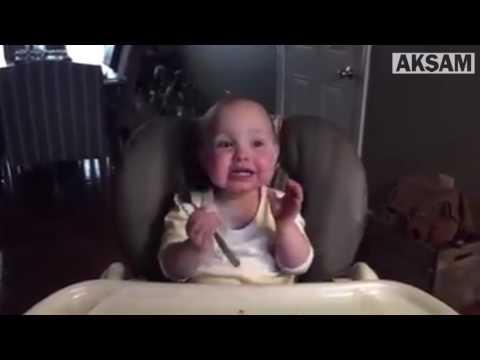 Yemek yerken ailesini kahkahaya boğan sevimli bebek