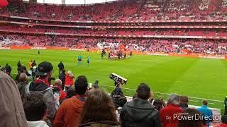 Misto de assobios, lenços brancos e aplausos ao Benfica e aplausos ao Tondela na saída das equipas