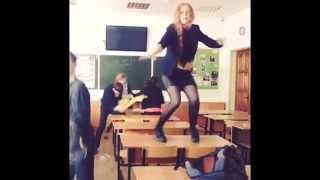 ШОК!!  Ксения Бракунова танцует на парте. ГОЛОС ДЕТИ! Мега круто!