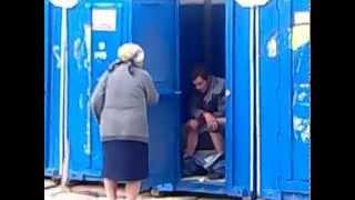 Бабка выгоняет алкаша из туалета