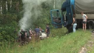 «Охотники» спасли 2 девушек из машины после аварии