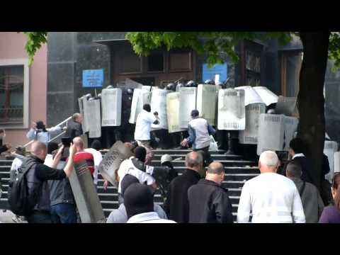 Pro-Russian protesters attack Donetsk prosecutor's