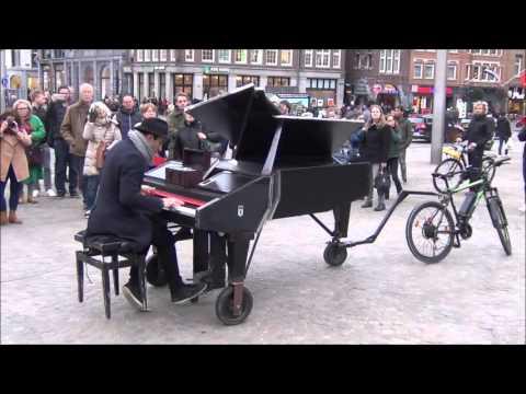 Davide Martello speelt piano in Amsterdam