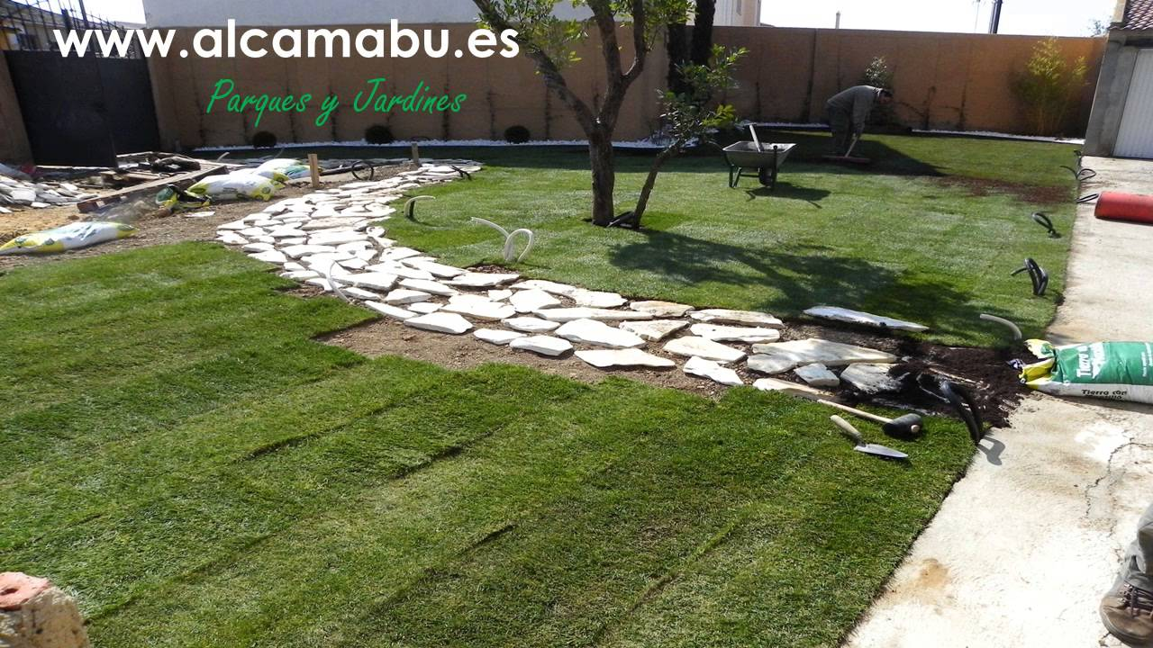 Como plantar c sped natural en rollos tepe installing natural grass in rolls youtube - Plantar cesped natural ...