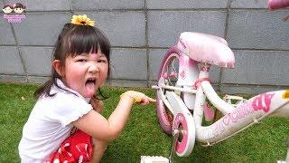 魔法使いごっこ!姉妹喧嘩?巨大ディズニープリンセス人形から魔法の杖で誕生日プレゼントをもらった - はねまりチャンネル