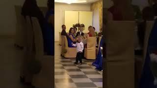 Ребёнок танцует на свадьбе, ребёнок танцует, прикол 2018