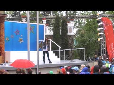 Stefanie Heinzmann gibt ein kleines Konzert im Europapark