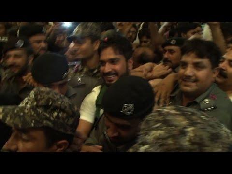 Pakistan cricket captain gets hero's welcome