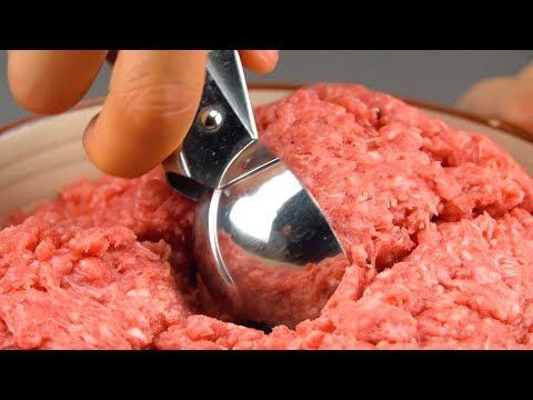 formez-de-petites-boulettes-de-viande-avec-la-cuillère-à-glace.-délicieux-!
