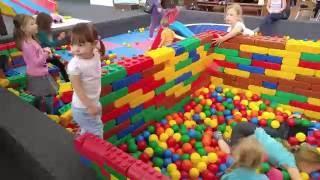 Играем на детской площадке WÖLPILAND 1 сухой бассейн с шариками видео для детей(Видео для детей, в котором Аленчик и его сестренка Мелиночка играют на крытой детской площадке . Здесь есть..., 2016-06-04T18:49:16.000Z)