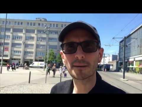 Mark Benecke schaut sich im Menschenmuseum der Körperwelten in Berlin um