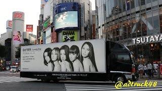 渋谷を走行する、小室哲哉プロデュースによる5人組ガールズグループ・De...