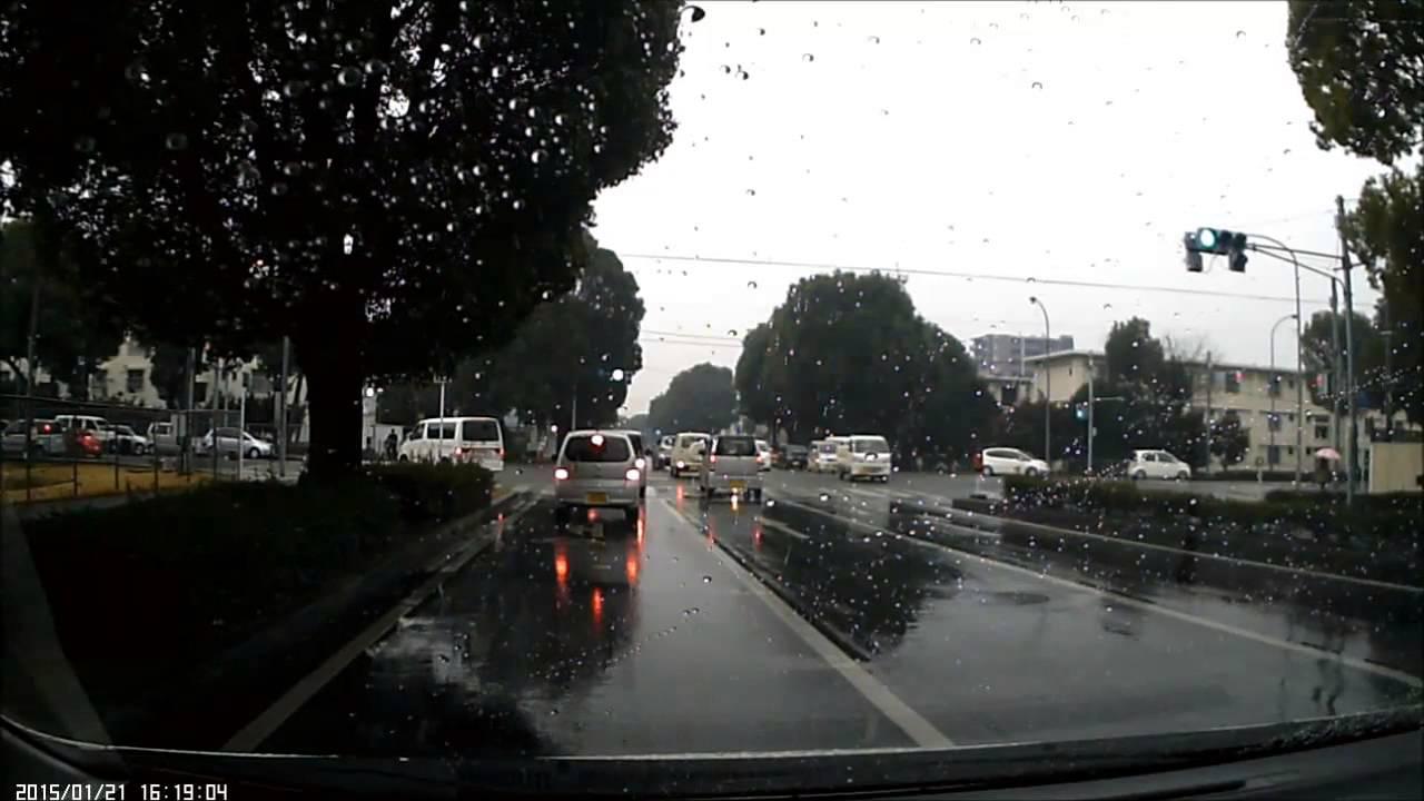 赤信号で猛スピードで侵入してきた車が歩行者をはねる最悪の事故