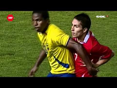 שחקן כדורגל מרביץ לעצמו