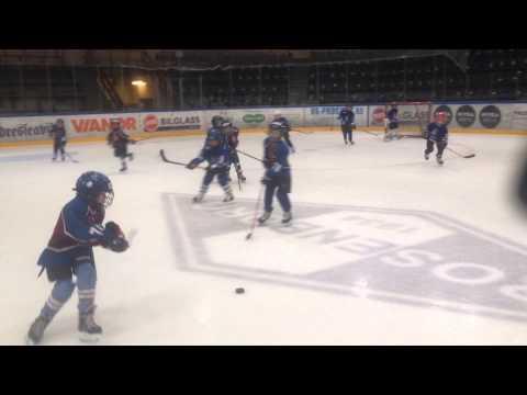 Olav (nr 74) spiller ishockeykamp med Astor Ishockey Mikro