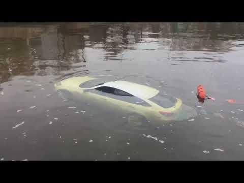 В Тольятти из Волги достали машину с трупом девушки