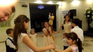 Классно спела на свадьбе маленькая девочка