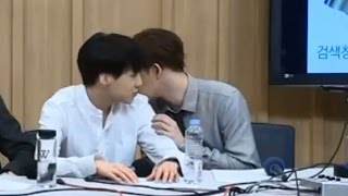 Kang Sharing Water Bottle on Cultwo Radio Show 140918 (+ Taehyun whispering to Seungyoon)