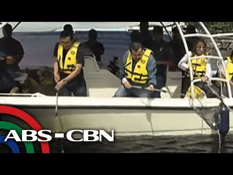Basura, itinapon sa Manila Bay para sa 'publicity' ng
