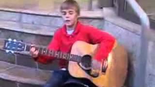 После этого видео я зауважала Джастина Бибера..flv(Маленький Джастин Бибер поет и играет на улице,попрошайничая денег маме на лекарства.За кадром ржут девочк..., 2012-02-16T12:16:23.000Z)