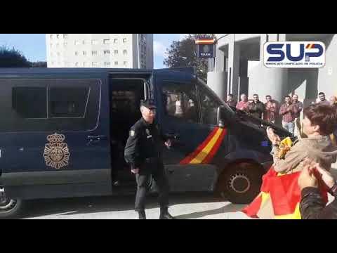 Llegada a la comisaría de A Coruña de policías nacionales procedentes de Cataluña