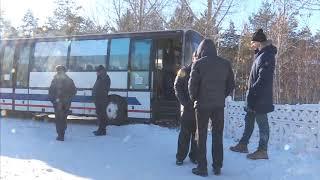 Автобус въехал в забор школы