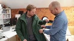 Operatiivinen johtaja seuraa vaatteiden valmistusta alusta loppuun