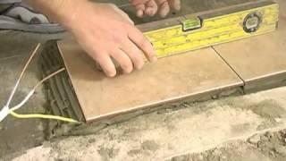 Укладка плитки на пол(Подробнее на http://malyarkaplus.com.ua/ Учимся укладывать керамическую плитку на пол в ванной комнате. Рассматриваем..., 2012-04-28T14:10:50.000Z)