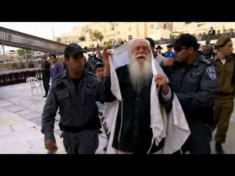Confrontation at the Western Wall. Elderly Jew burns missionary book and was arrested