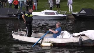 Duikers van de brandweer halen vrouw uit de Westlandgracht in Amsterdam