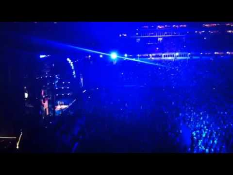 Luke Bryan singing a medley of Lionel Richie/Adele/Journey
