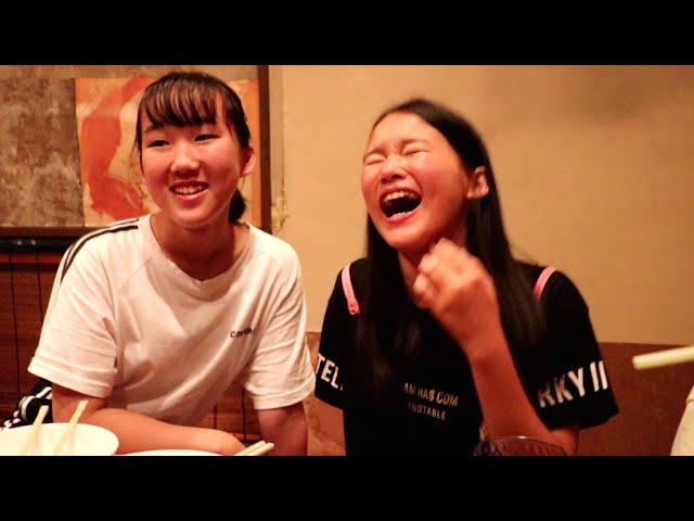 焼肉屋で笑いすぎな英奈&玲美