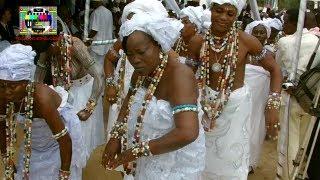 Kpessosso 2013: danse des prêtres et prêtresses vaudou avant la prise de la pierre sacrée [29/8/13]