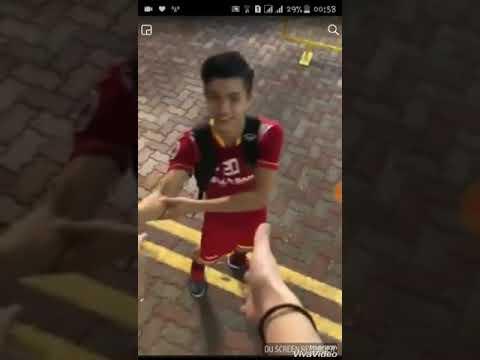 ( Cute Moment) Phan Văn Đức bắt tay với fan 💓 Phan Văn Đức 14-1st Vietnamese Fanpage 🍀