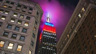 """شاهد.. رونالدينيو يضئ مبنى """"إمباير ستيت"""" الأمريكي بعلم برشلونة"""