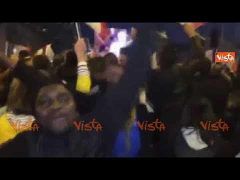 Macron è Presidente, la festa multietnica a Parigi