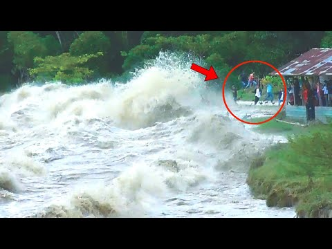 'TSUNAMI-LIKE WAVES' Hit Village in Indonesia (Tidal Bore) | Kampar River (Sumatra)